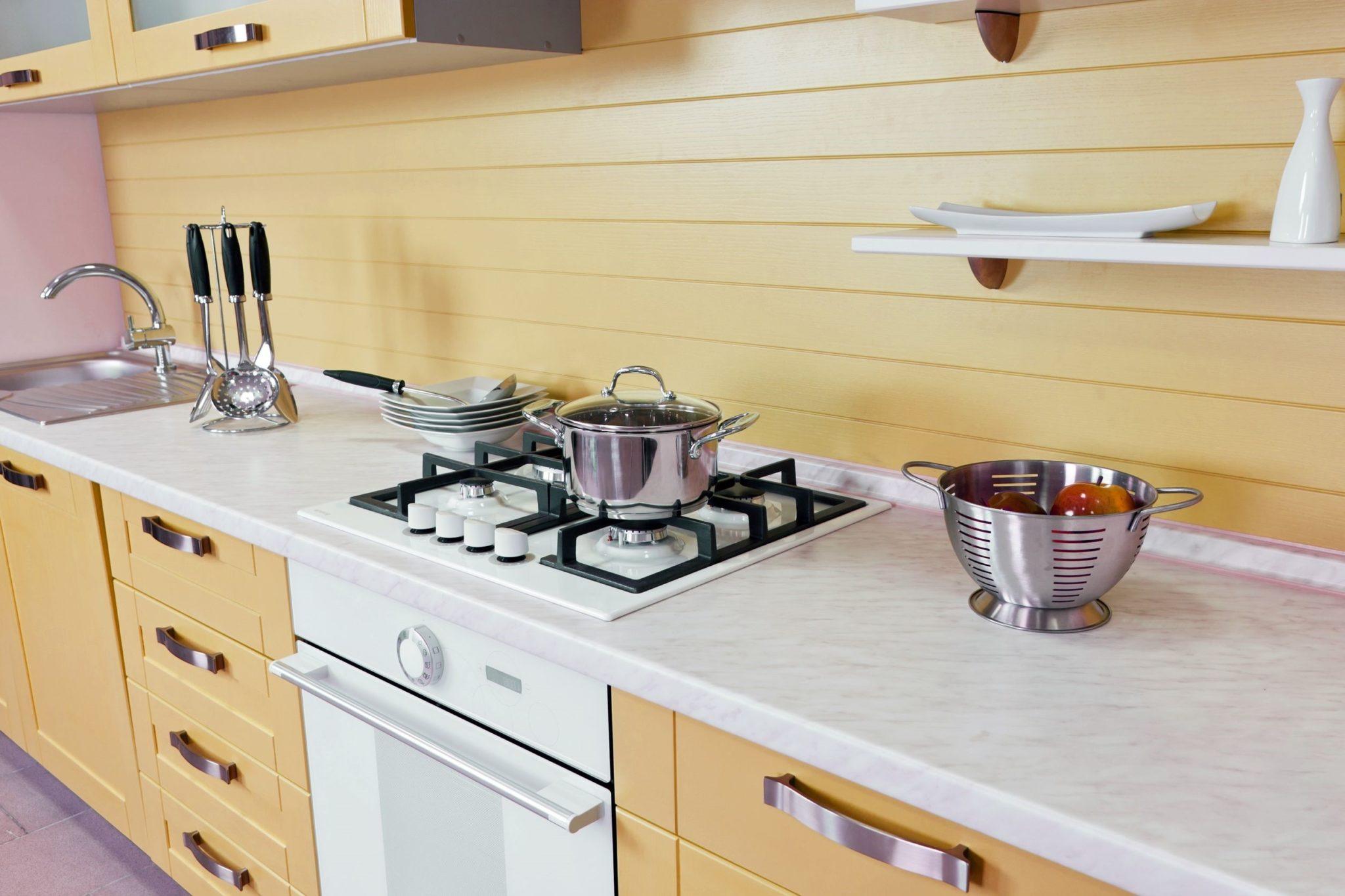 מטבח מעץ מלא דגם בעיצוב פורמייקה